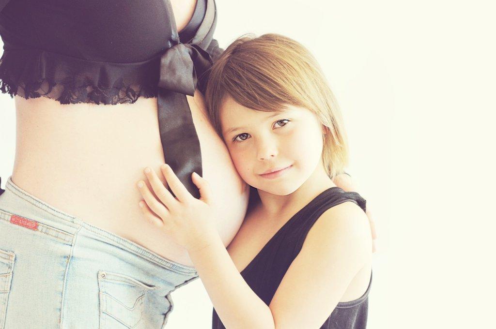 妊娠中のおなかと女の子